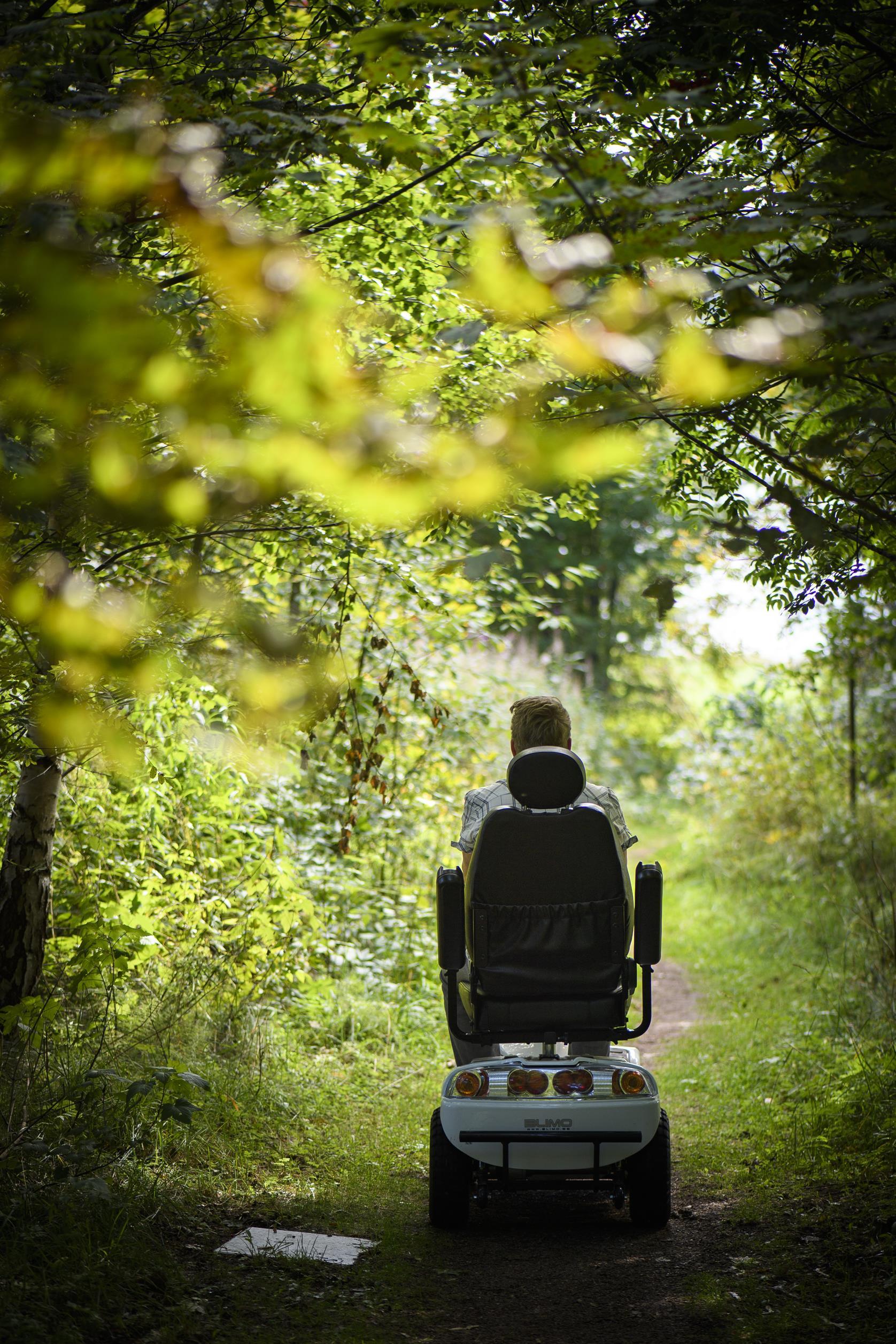 Rullstol på en stig